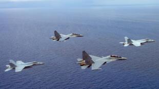 Hai chiếc F/A-18 Super Hornets và hai SU-30MKM/Flanker H của Malaysia,bay phía trên chiến hạm USS Carl Vinson của Mỹ trong cuộc tập trận tại Biển Đông ngày 10/05/2015.