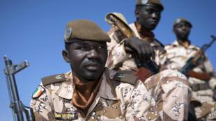 Des soldats maliens patrouillent à Gao.