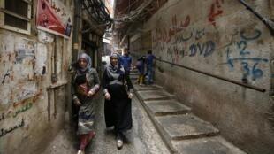 Des femmes marchent dans une rue du camp de réfugiés palestiniens Burj al-Barajneh, au sud de la capitale Beyrouth, le 1er septembre 2018.