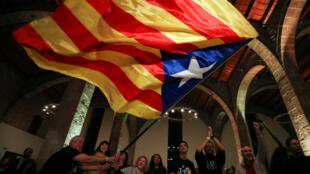 La gente reacciona al anuncio de los resultados de las elecciones regionales de Cataluña en la Asamblea Nacional Catalana, en Barcelona, el 21 de diciembre de 2017.
