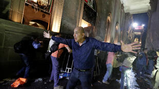 Un manifestante intenta tranquilizar a sus compañeros mientras vandalizan el Palacio de Gobierno en Monterrey, este 5 de enero de 2016.