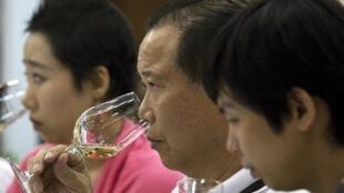 Chineses degustam vinho durante a Vinexpo, em Hong Kong, nesta terça-feira, 27 de maio de 2014.