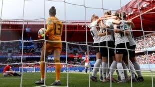La alemana Sara Daebritz celebra el unico gol de su equipo frente a España en el estadio du Hainaut de Valenciennes el 12 de Junio de 2019.