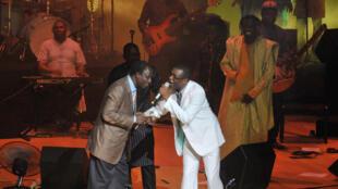 Le chanteur Thione Seck (g), ici au côté de Youssou N'dour lors d'un concert en 2012, est une célébrité de la chanson sénégalaise.
