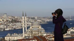 Туристка осматривает главные достопримечательности Стамбула.