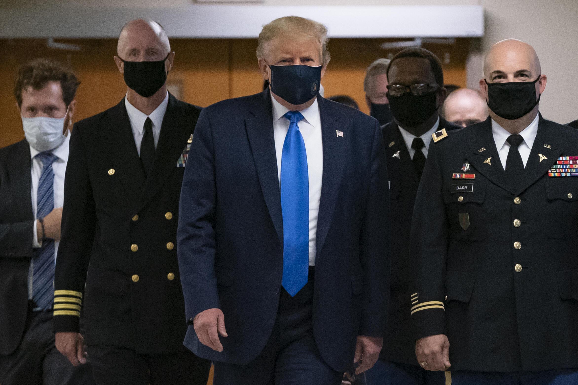 El presidente de Estados Unidos Donald Trump usa un tapabocas por primera vez en público, en su visita al hospital militar Walter Reed, en el estado de Maryland, el 11 de julio de 2020