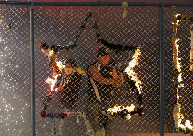 Torcedores do San José penduram talismã no gradeado do estádio de Oruro, antes do trágico jogo com o Corinthians.
