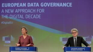 La vice-présidente de la Commission Margrethe Vestager et le Commissaire au Marché intérieur Thierry Breton, lors d'une conférence de presse autour du plan européen sur le numérique, à Bruxelles, le 25 novembre 2020