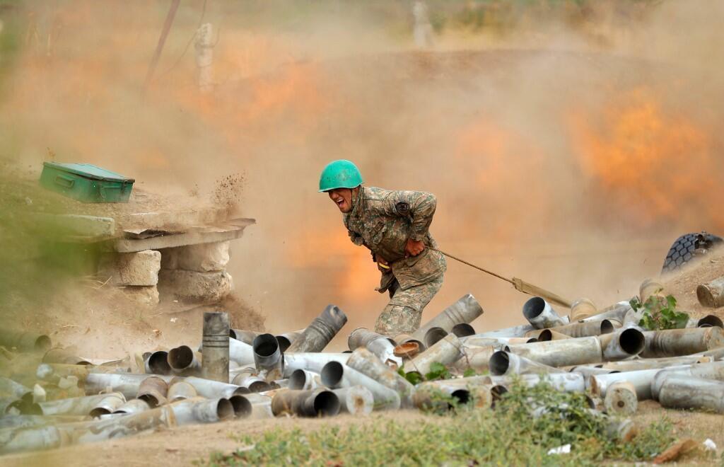Un militaire de l'armée de défense du Haut-Karabakh tire une pièce d'artillerie vers des positions azéries lors des combats dans la région séparatiste du Haut-Karabakh, le 28 septembre 2020.