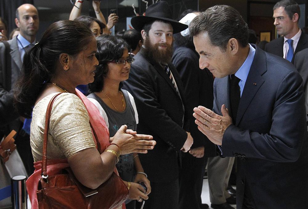 Shugaba Nicolas Sarkozy na gaisawa da iyalan wadanda suka rasa rayuka a harin Mumbai