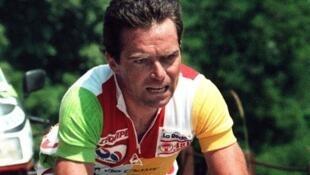L'Américain Greg LeMond (G) et le Français Bernard Hinault dans l'Alpe d'Huez, le 21 juillet 1986.