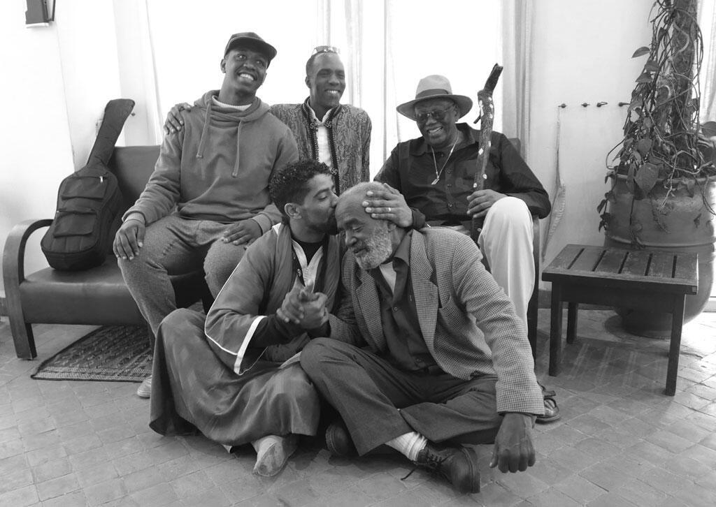 1er rang de droite à gauche, Maâlem El Gourd, Maâlem Khalid Izoubaz, 2nd rang de droite à gauche Randy Weston, Maâlem Hassan Boussou et Maâlem Houssam Guinea.