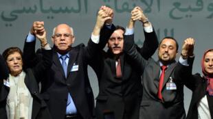 利比亞對立的兩個議會的議員慶祝協議簽署,2015年12月17日,摩洛哥。