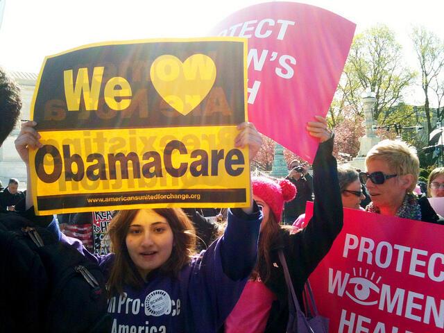 """Manifestantes apoyan el """"Obamacare"""" frente a la Corte Suprema. Washington, 27 de marzo de 2012."""