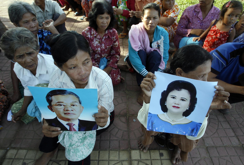 Dân làng ở Shihanouk ville biểu tình, trưng ảnh thủ tướng Cam Bốt Hun Sen và phu nhân Bun Rany, để phản đối lấy đất giao cho giới đầu tư nước ngoài, tháng 5/2010