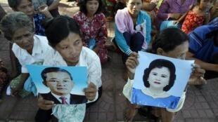 Dân làng ở Shihanouk ville trưng ảnh của Thủ tướng Cam Bốt Hun Xen và phu nhân Bun Rany, khi biểu tình phản đối chính phủ lấy đất giao cho các nhà đầu tư nước ngòai, vào tháng 5/2010.