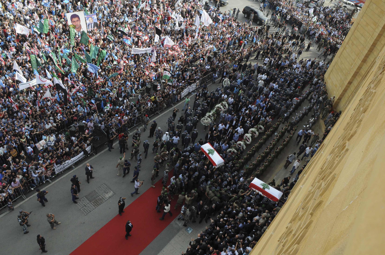 Multidão se reuniu no centro de Beirute para o enterro do general Wissam al-Hassan.Funeral deu lugar à violência durante manifestação
