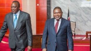 O Presidente do Quénia, Uhuru Kenyatta, e o chefe de Estado moçambicano, Filipe Nyusi. Palácio presidencial em Maputo. 29 de Março de 2018.