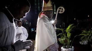 L'archevêque de Kinshasa Monseigneur Fridolin Ambongo lors de la messe du réveillon de Noël le 24 décembre 2018.