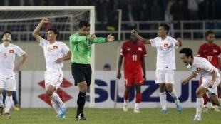 Bóng đá Việt Nam sẽ phải cần đến trọng tài ngoại thổi còi?