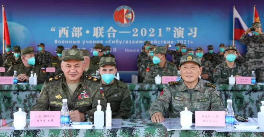 俄罗斯国防部长绍伊古与中国国防部长魏凤和资料图片