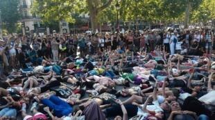 À la fin du rassemblement place de la République, samedi, une quarantaine de personnes se sont couchées au sol, aux cris de «Plus jamais ça !»