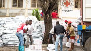 Equipes da Cruz Vermelha recebem suprimentos para abrigos de emergência na Beira, Moçambique, e se preparam para distribuir ajuda aos sobreviventes do Ciclone Idai. 19 de março de 2019