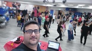 O brasileiro André Luiz Schor dá aula de dança folclórica israelense (Foto - André Luiz Schor) 1