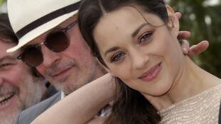 "Jacques Audiard کارگردان فیلم De rouille et d'os ""از زنگ و استخوان""، با بازیگر فیلم Marion Cotillard"