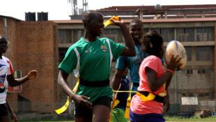 Emily, espoir du rugby féminin ougandais, anime un entraînement avec des enfants de Kampala.