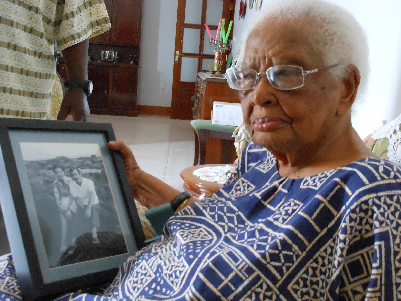 Dona Beba com a foto de Luandino Vieira e sua esposa que ela acolheu em sua casa quando o escritor esteve preso no Tarrafal