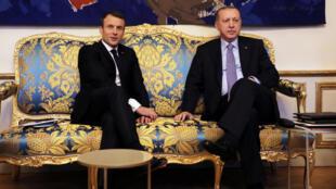 O presidente francês Emmanuel Macron recebe seu homólogo turco, Recep Tayip Erdogan, no Palácio do Eliseu, em Paris, em 5 de janeiro de 2018.
