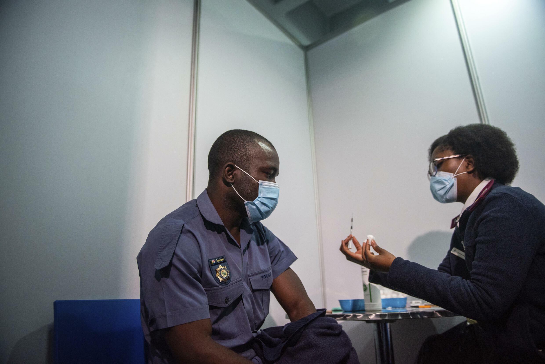 Depuis le début du mois de juillet, les policiers sont éligibles à la vaccination en Afrique du Sud. Le pays devrait être le premier du continent à produire sur place le vaccin contre le Covid-19 de Pfizer-BioNTech. 5 juillet 2021.