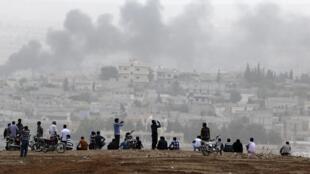 Des Kurdes de Turquie observent les combats qui se livrent à Kobane.
