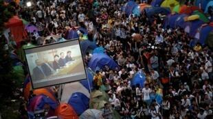 香港親民主示威者觀看政府總部大屏幕2014年10月21日