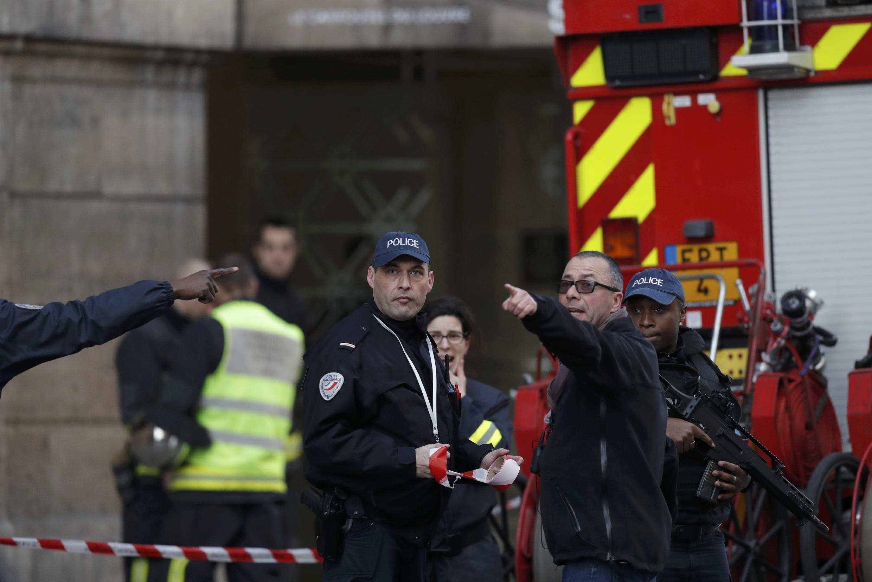Maafisa wa Idara ya Dharura na Askari polisi wametumwa karibu na makavazi ya Louvre, Ijumaa hii Februari 3.