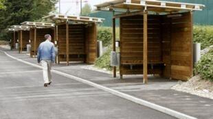 Homem passa ao lado das cabines do novo drive-in do sexo, em Zurique, na Suíça, em foto do dia 24 de agosto de 2013.