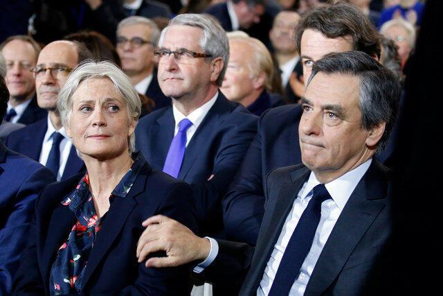 Ông Francois Fillon và vợ Penelope Fillon dự mít tinh tranh cử tại Paris ngày 02/01/2017.
