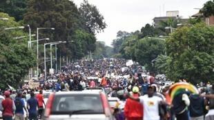 ហ្វូងបាតុករស៊ីមបាវ៉េ នៅតាមដងផ្លូវក្រុង Harare ឆ្ពោះទៅវិមានប្រធានាធិបតី ថ្ងៃទី១៨ វិច្ឆិកា២០១៧