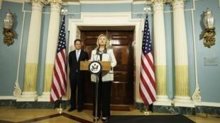 Ngoại trưởng Mỹ Hillary Clinton và Bộ trưởng Tài chính Tim Geithner thông báo các biện pháp trừng phạt mới đối với Iran, Washington, 21/11/2011.