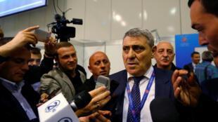 Fadil Vokrri, président de la Fédération de football du Kosovo répond aux médias suite à la décision de l'UEFA de reconnaître le Kosovo comme un nouveau membre, lors du 40e Congrès ordinaire de Budapest, en Hongrie, le 3 mai 2016.