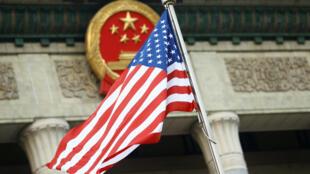 北京去年11月9日隆重欢迎特朗普来访,到处飘扬着美中国旗。