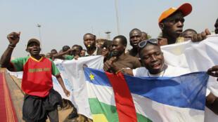 Des supporters du président Bozizé à l'aéroport de Bangui, le 30 décembre 2012. En affirmant que les rebelles sont pour partie étrangers, le gouvernement vise à renforcer le sentiment nationaliste.