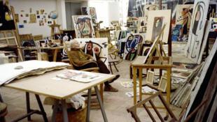 """خوان میرو، نقاش و مجسمهساز اسپانیایی- کاتالانی، در آتلیه خود در شهر """"پالما دِ مایورکا"""" در اسپانیا."""