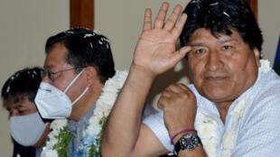 El exmandatario boliviano Evo Morales saluda mientras participa en una reunión junto al presidente de Bolivia, Luis Arce, el 21 de noviembre de 2020