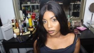 Кадр из видеообращения Аиссаты Ба в YouTube, в котором она призналась, что в течение 20 лет отбеливала кожу