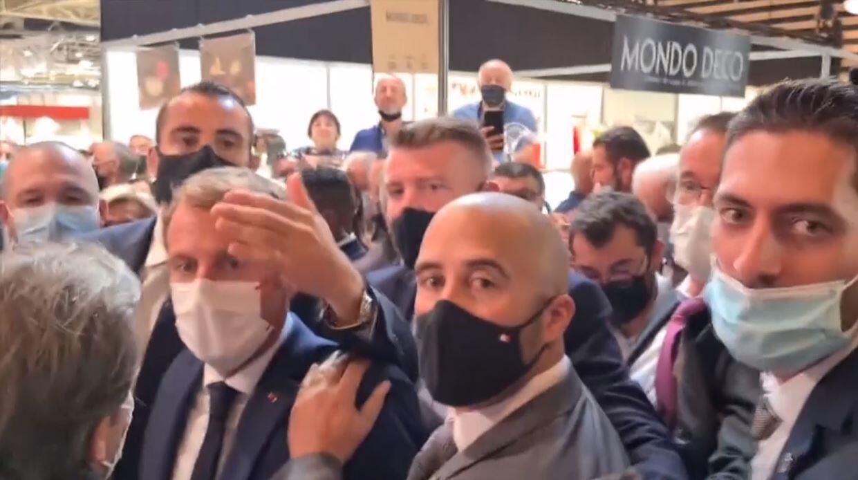 9月27日里昂国际餐饮博览会上被砸后的马克龙与保镖们。