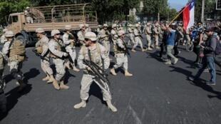 Des patrouilles de militaires armés sont déployées à Santiago face aux manifestants, le 20 octobre 2019.