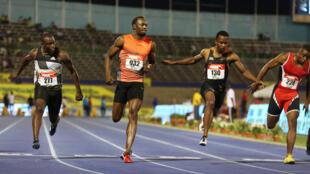 Wanariadha wa Jamaica walioshiriki mbio za kufuzu mita 100 mjini Kingston Jamaica, kutoka Kushoto Jevaughn Minzie, Usain Bolt, Senoj-Jay Givans na Dexter Lee wakati wakimaliza mbio za nusu fainali.