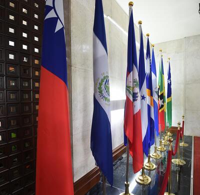 台湾外交部长吴釗燮2018年8月21日宣布,中华民国与中美洲邦交国萨尔瓦多断交,目前中华民国邦交国已降到17个。图為萨尔瓦多国旗(左2)仍置放在外交部内。